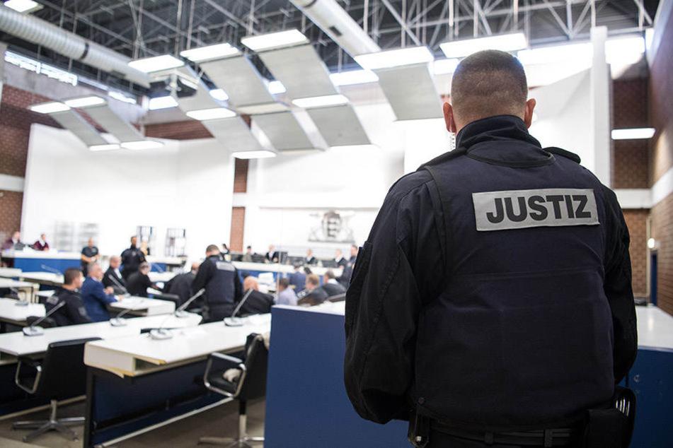 Ein Justizbeamter überwacht den Terrorprozess gegen vier verdächtige Syrer.