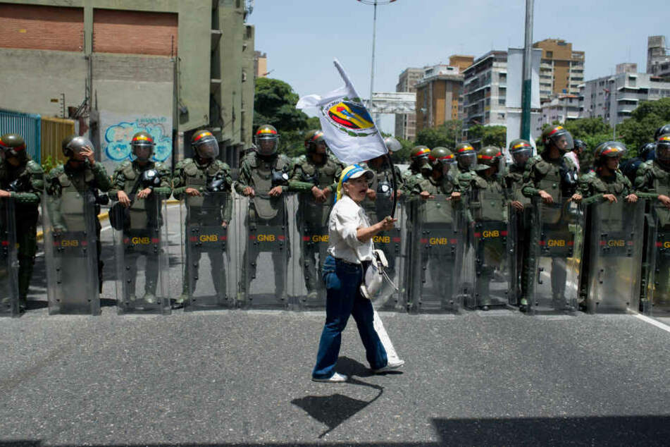 Täglich gibt es Proteste gegen den Präsidenten. Die Menschen sind unzufrieden mit der Situation in ihrem Land.