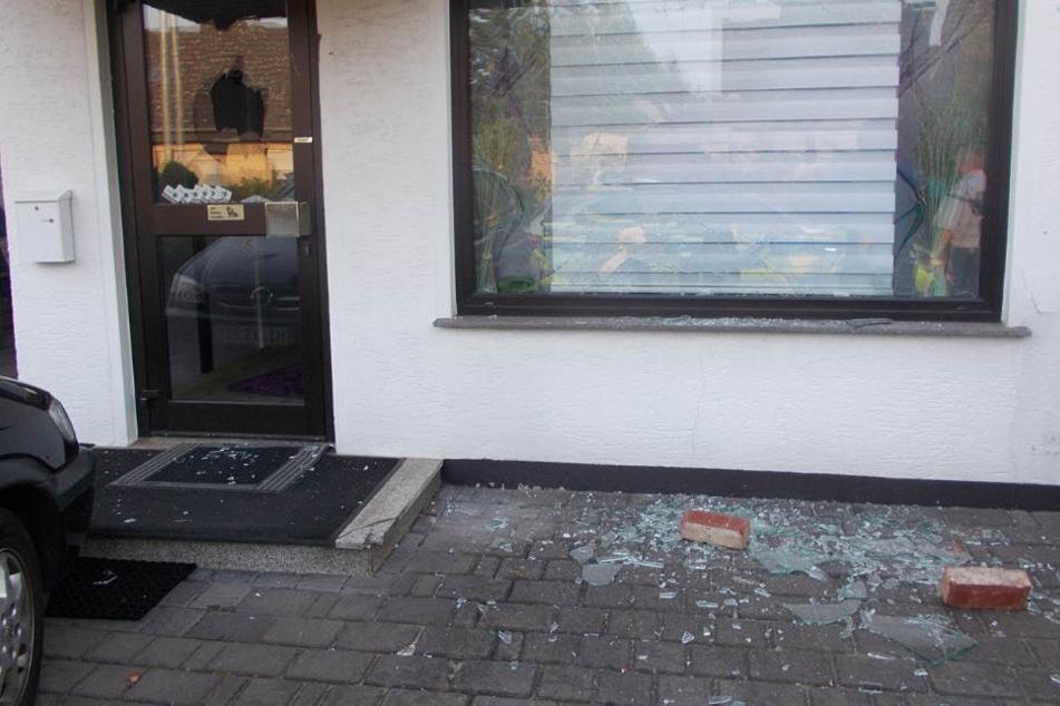 Mit Backsteinen wurden die Fensterscheiben des Friseursalons zertrümmert.