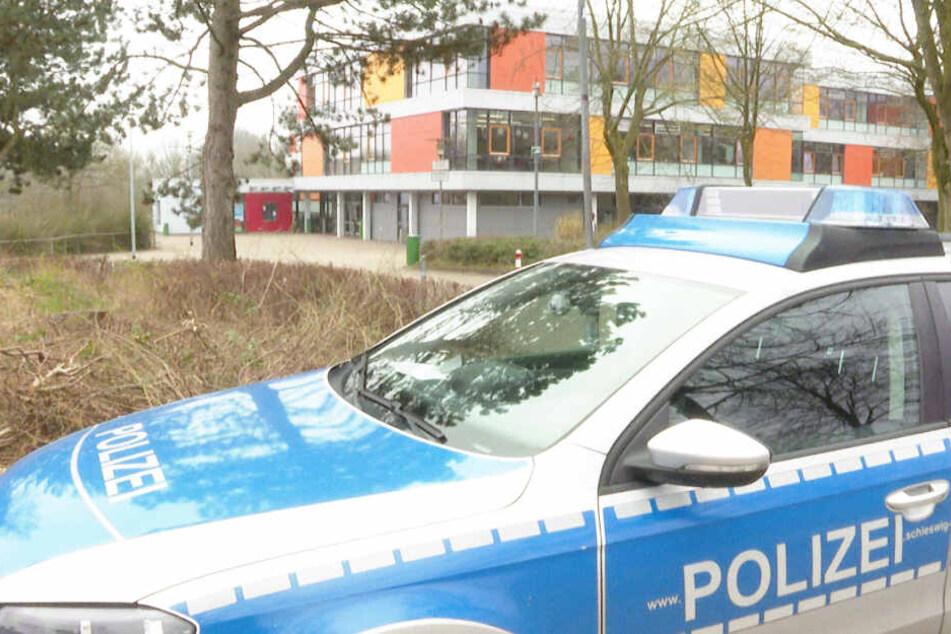 Ein Polizeifahrzeug steht vor der Schule in Glinde.