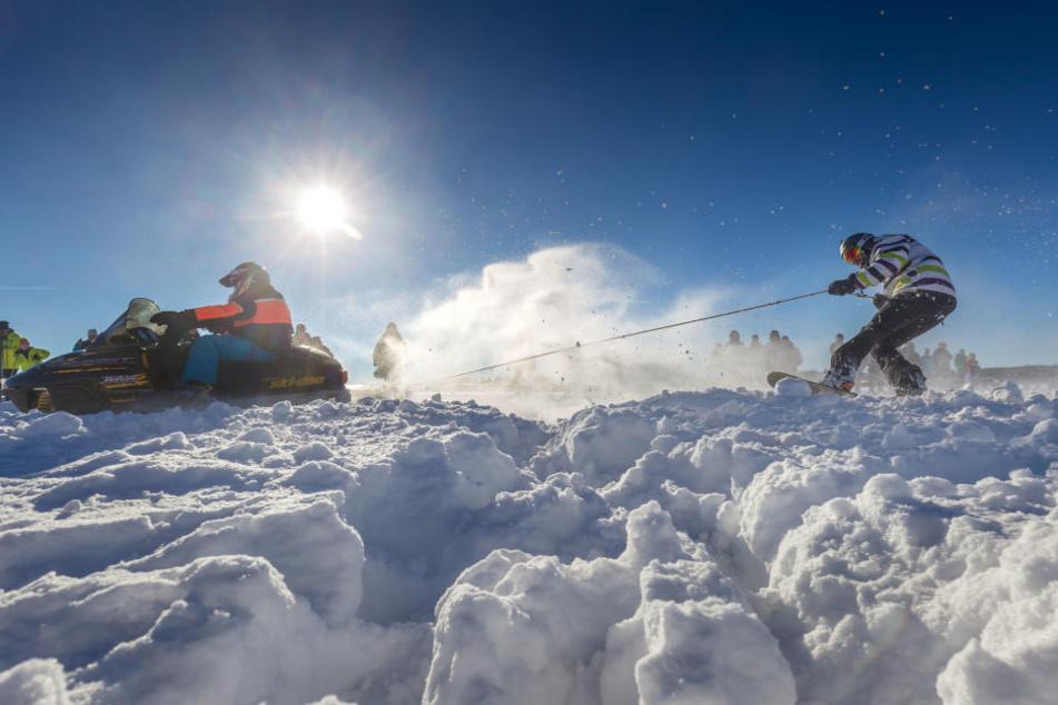 Beim Skikjöring in Geyer gingen am Samstag 98 Paare an den Start. Rekord! Viele  kamen mit Motorrädern und Motorschlitten.