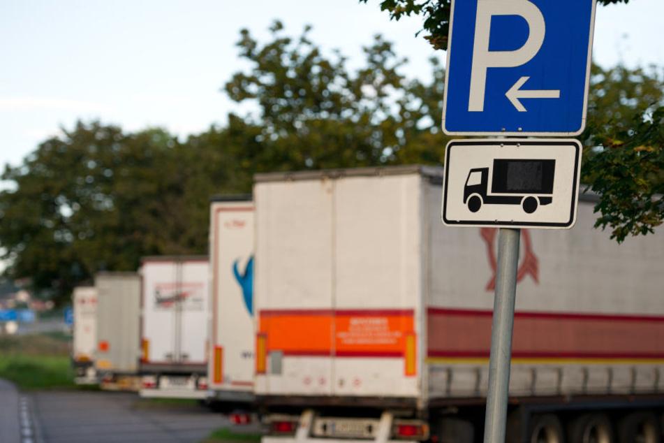 Mehrere Lastwagenfahrer sind an den Autobahnen 4 und 72 Opfer von Planenschlitzern geworden. Tatorte waren Rastplätze. (Symbolbild)
