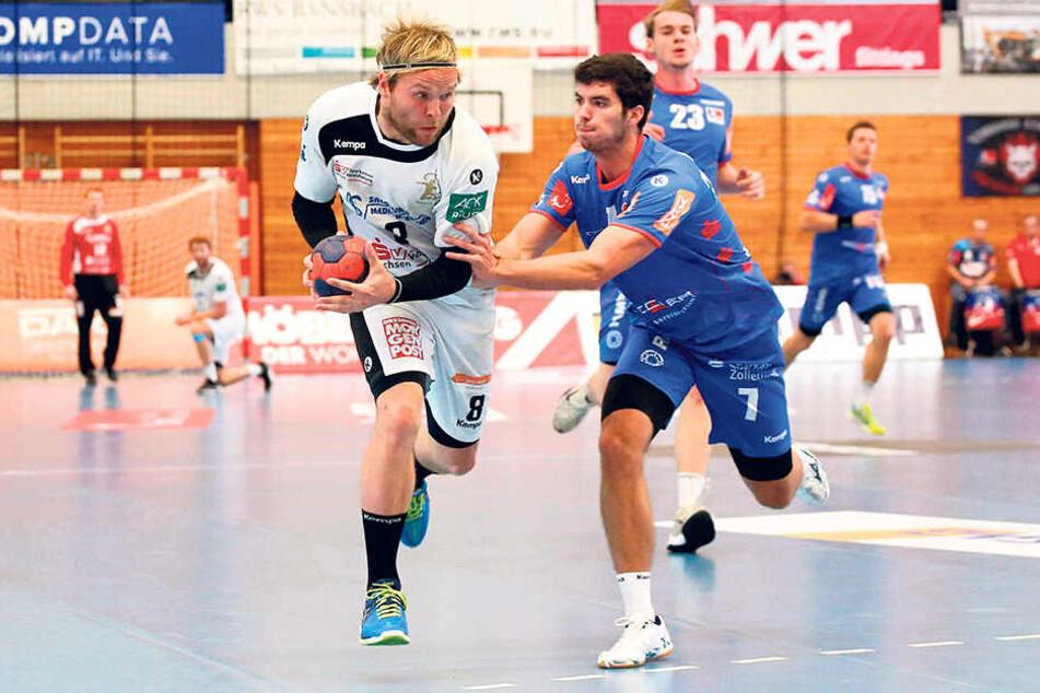 Rene Boese (l.) behauptet den Ball gegen Jannik Hausmann.Mit sechs Würfen erzielte der Dresdner drei Tore in Balingen.