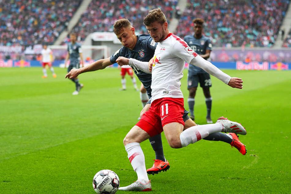 Der FC Bayern München Joshua Kimmich (l.) kann mit einem Sieg bei RasenBallsport Leipzig ((hier im Bild: Timo Werner) Deutscher Meister werden.