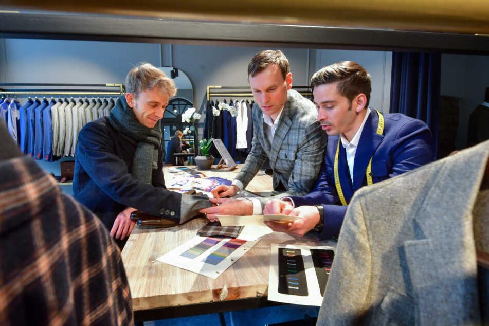 Firmenchef Jens Leonhardt (39, M.) berät zusammen mit seinem Geschäftspartner Rouni Jahamo (31, r.) mit Robert Kaiser (32) einen Kunden.