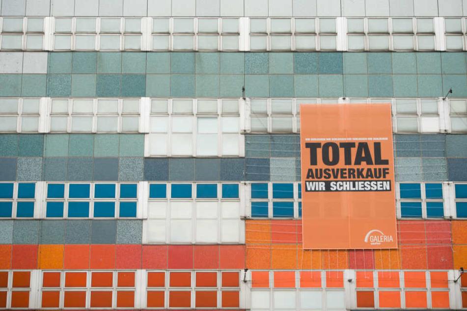 """""""Total-Ausverkauf - Wir schließen"""": Das Einkaufszentrum Galeria Kaufhof am Ostbahnhof in Berlin."""