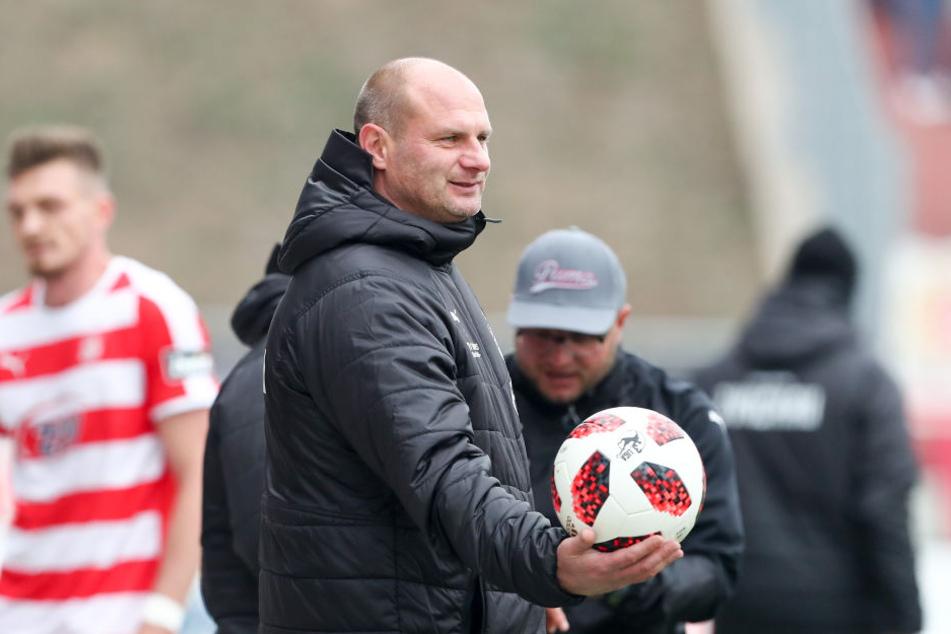 FSV-Sportdirektor David Wagner mit dem Drittliga-Ball. Der soll auch in der kommenden Saison in Zwickau rollen. Dieses Jahr gibt es vier Absteiger, alle Drittligisten wollen zurück zu dreien.