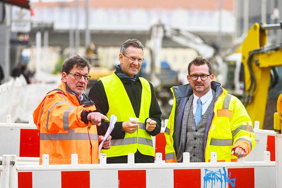 Bis Ende April ist Reinhard Koettnitz (64, l.) noch Chef im Straßenamt. Am Freitag erklärte er DVB-Boss Andreas Hemmersbach (50, M.) und Baubürgermeister Raoul Schmidt-Lamontain (42, Grüne) den Baufortschritt.