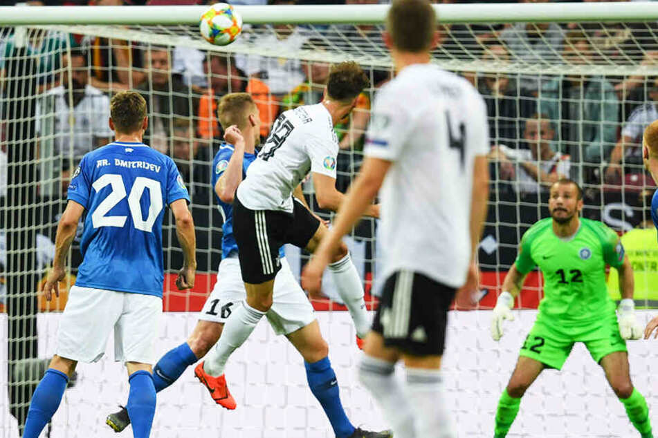 Leon Goretzka (3.v.l.) köpft zum 3:0 für Deutschland ein.