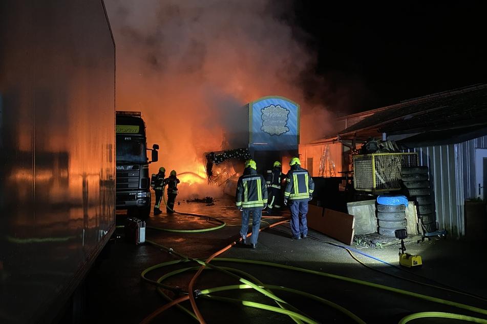 Zwei Verkaufsstände sind wohl völlig zerstört worden. Auch eine angrenzende Lagerhalle und weiteren Holzhütten sind betroffen.