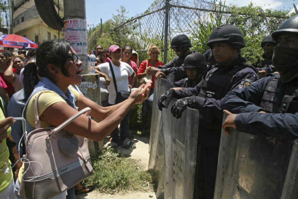 Die Polizei sichert das Gefängnis. Angehörigen wurden die Namen der Opfer vorgelesen.