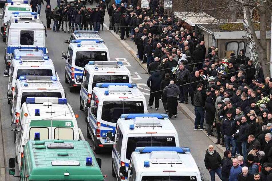 Die Polizei sicherte den Aufmarsch am St.-Michaelis-Friedhof mit mehr als 1000 Beamten ab.