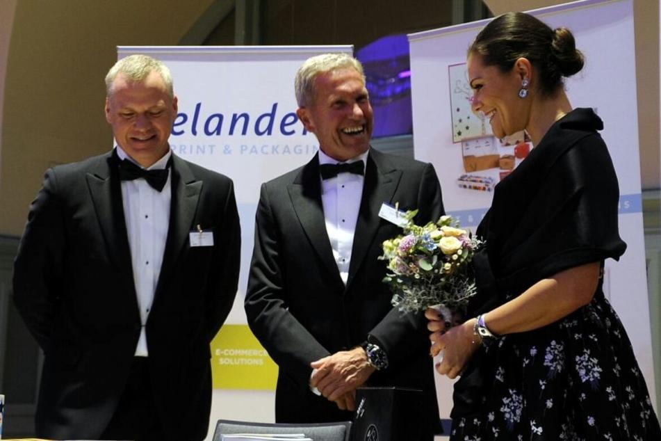 """Kronprinzessin Victoria neben dem schwedische Botschafter Per Thöresson (li.) und """"Elanders""""-Print-Vorstand Peter Sommer."""