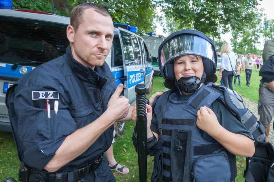 Tim Mak (19, r.) probierte unter Anleitung von Polizeimeister Maik Pahl (32) die Schutzausrüstung an.