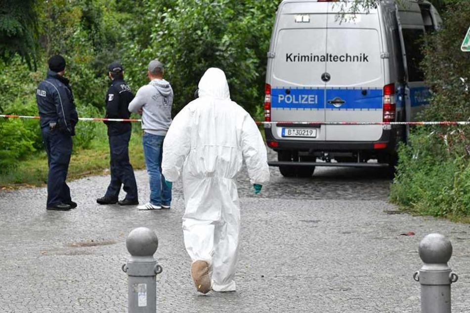 Ermittler an der Stelle, wo die Leiche der 60-Jährigen gefunden wurde.