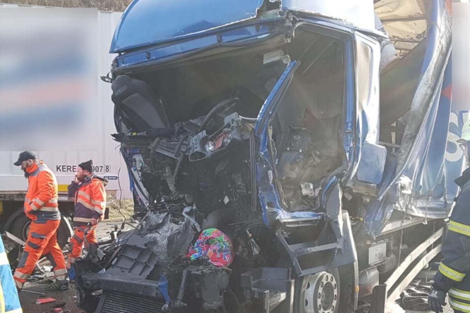 Lkw-Fahrer stirbt bei Crash: Gaffer reißen Tür des Rettungswagens auf!