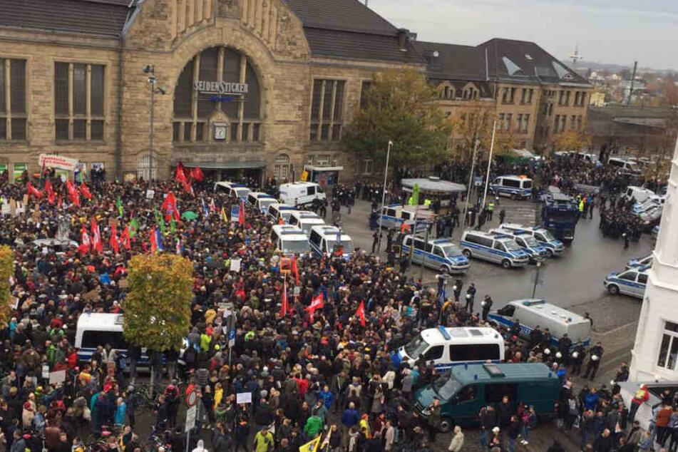 Tausende Demonstranten haben sich am Bielefelder Bahnhof eingefunden.