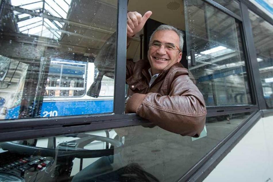 Am Steuer saß Frank Stecher (56), der den dienstältesten Chemnitzer Niederflurbus von Anfang an kannte.