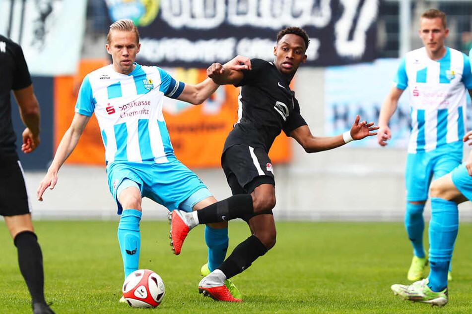 Dennis Grote (l., im Zweikampf mit Rathenows Kevin Adewumi) will sich mit dem Wiederaufstieg in die 3. Liga und dem Gewinn des Sachsenpokals vom Chemnitzer FC verabschieden.