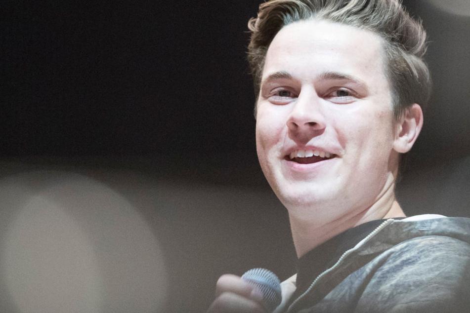 Der 23jährige deutsche DJ und Musikproduzent Felix Jaehn steht vor mehreren tausend Besuchern auf der Bühne des Musikfestivals Sputnik Spring Break.
