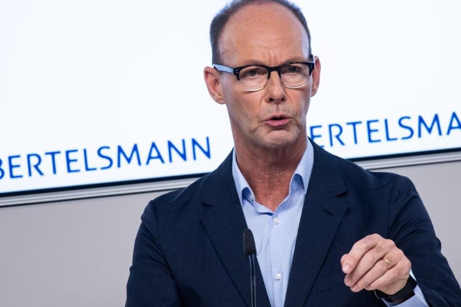 Bertelsmann-Chef Thomas Rabe spricht über einen Rückgang der Aufträge im Tiefdruck.