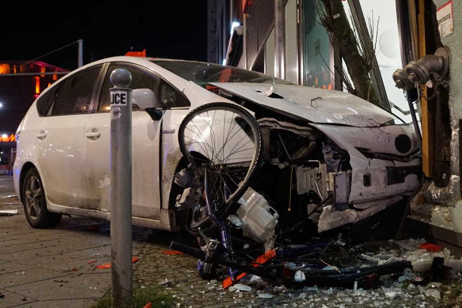 Bei dem Crash wurde mehrere Fahrräder beschädigt.