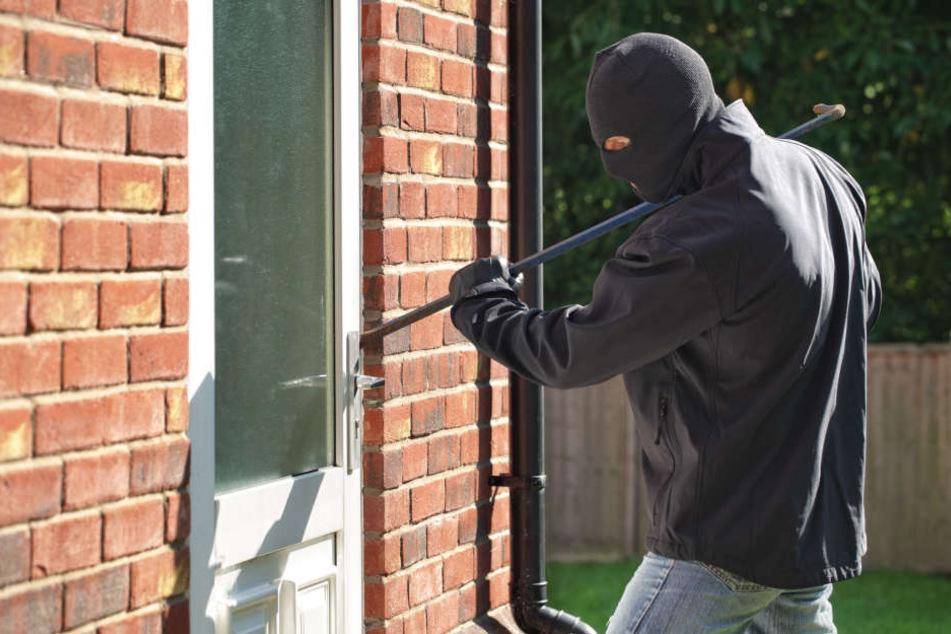 Die Einbrecher hebelten Türen auf und durchsuchten die Häuser. (Symbolbild)