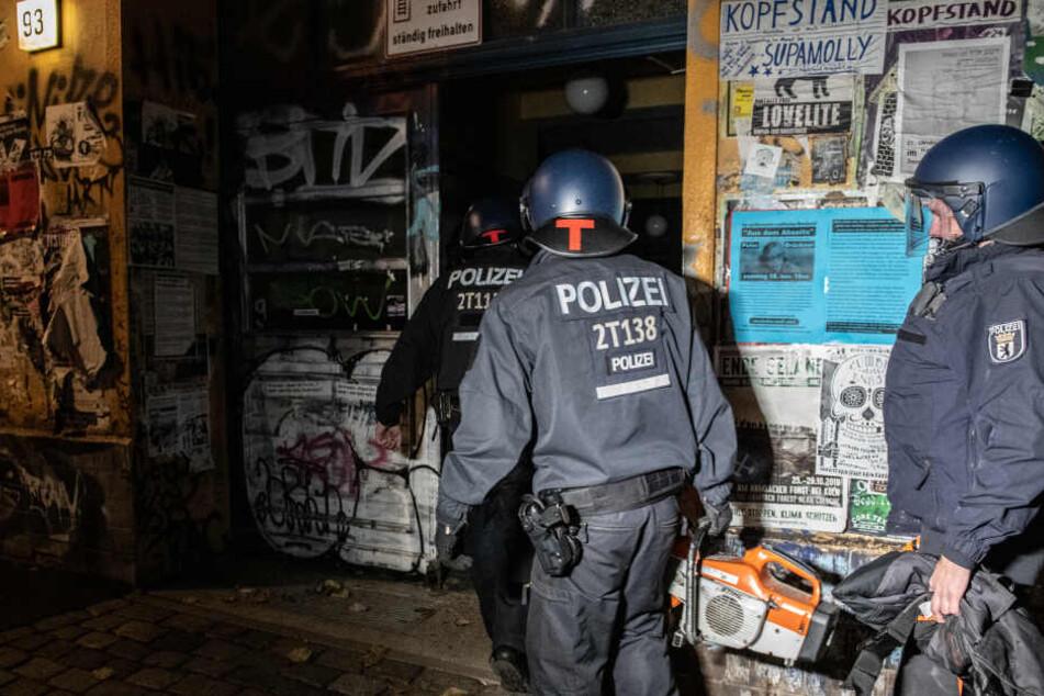 """Feuer in der Rigaer Straße: 30 """"dunkel Gekleidete"""" legen Brand"""