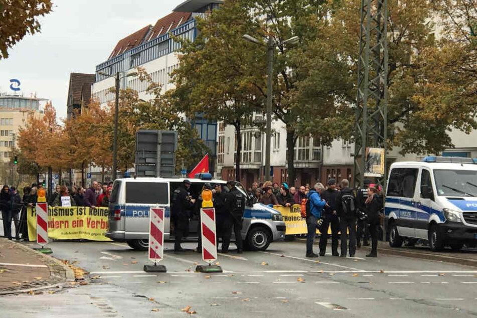 Die Polizei geht auf der Herforder Straße in Position.