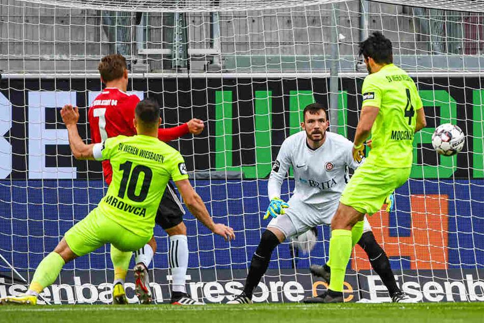 Konstantin Kerschbaumer (Zweiter von links) erzielt den zwischenzeitlichen 1:1-Ausgleich für den FC Ingolstadt 04.