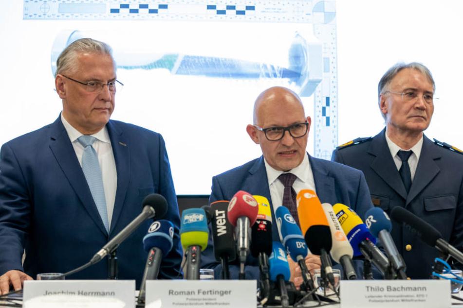Joachim Herrmann (l) lobte die Arbeit der Polizei.
