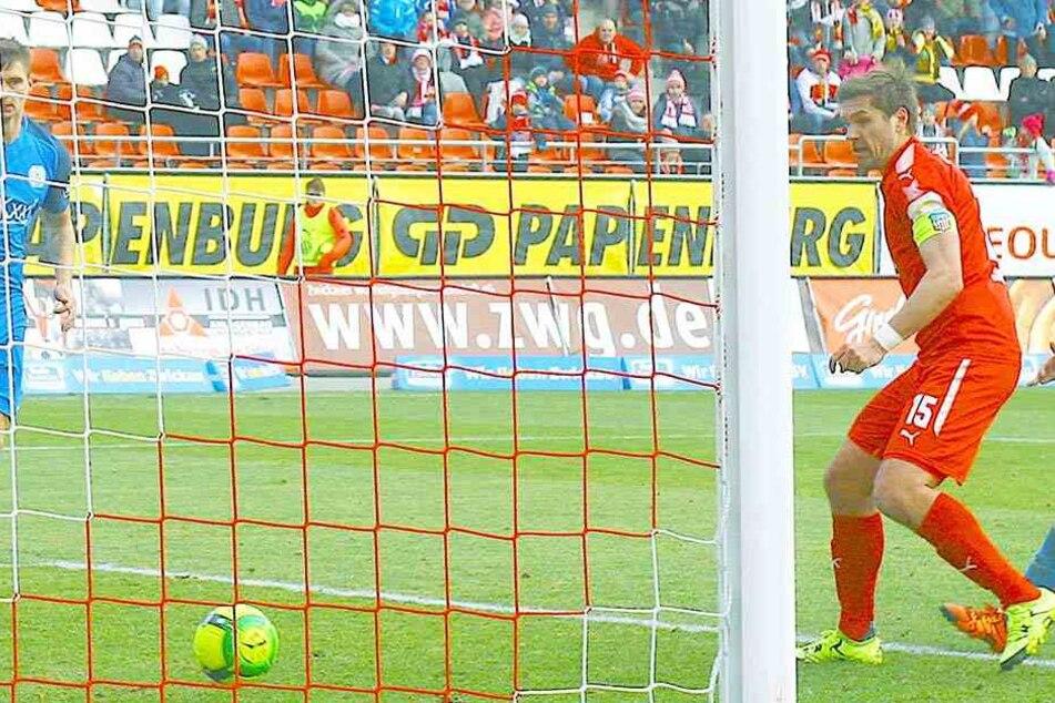 Nach einem ungenauen Pass von Fabian Eisele (nicht im Bild) auf Ronny König (rotes Trikot) ist wieder eine FSV-Chance futsch.