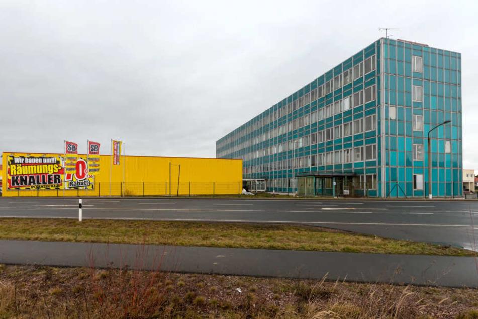 Das Henwi-Lagerhaus steht direkt neben der Möbel-SB-Halle.