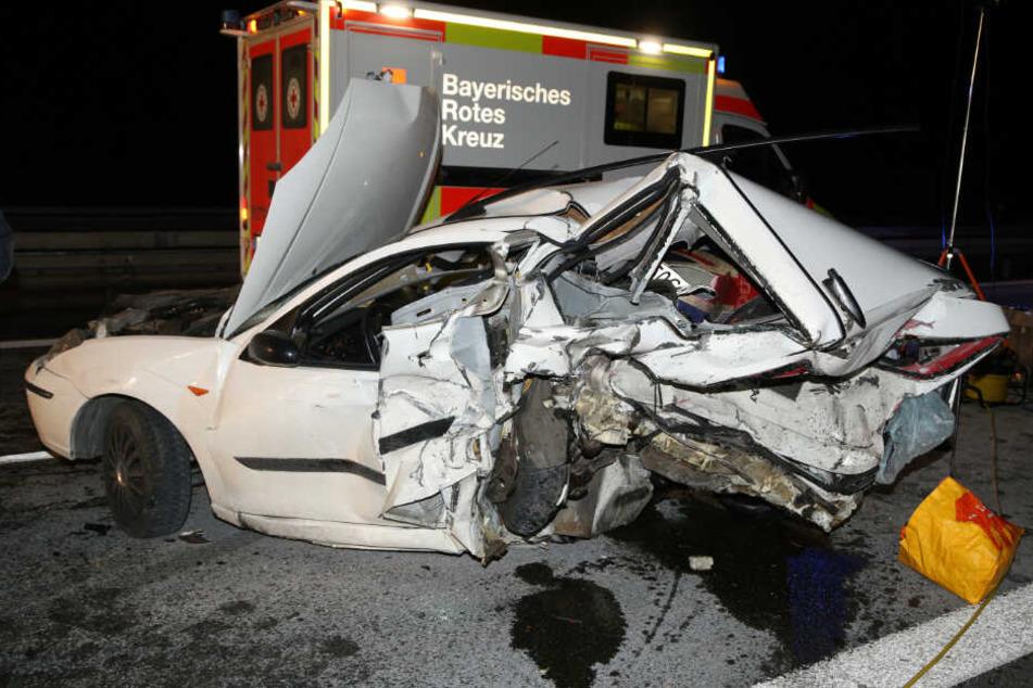 Auto steht unbeleuchtet auf A93: 44-Jähriger stirbt bei Unfall
