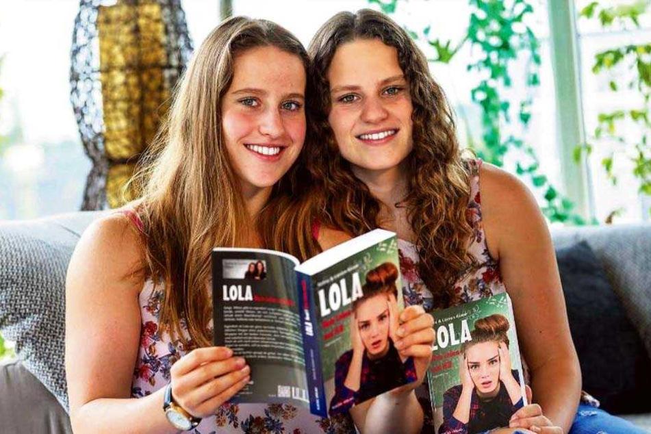 Selina (17, l.) und Loreen Kaiser (19) stöbern gemeinsam in ihrem Buch.