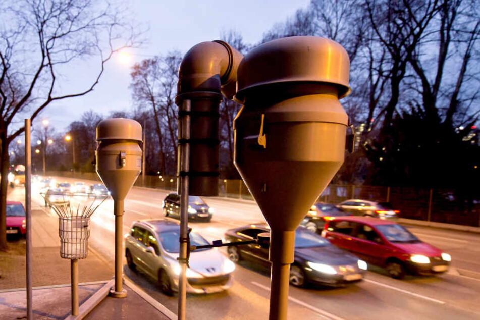 Autos fahren am am Neckartor in Stuttgart an einer Feinstaub-Messstation der Landesanstalt für Umwelt, Messungen und Naturschutz vorbei. (Archivbild)