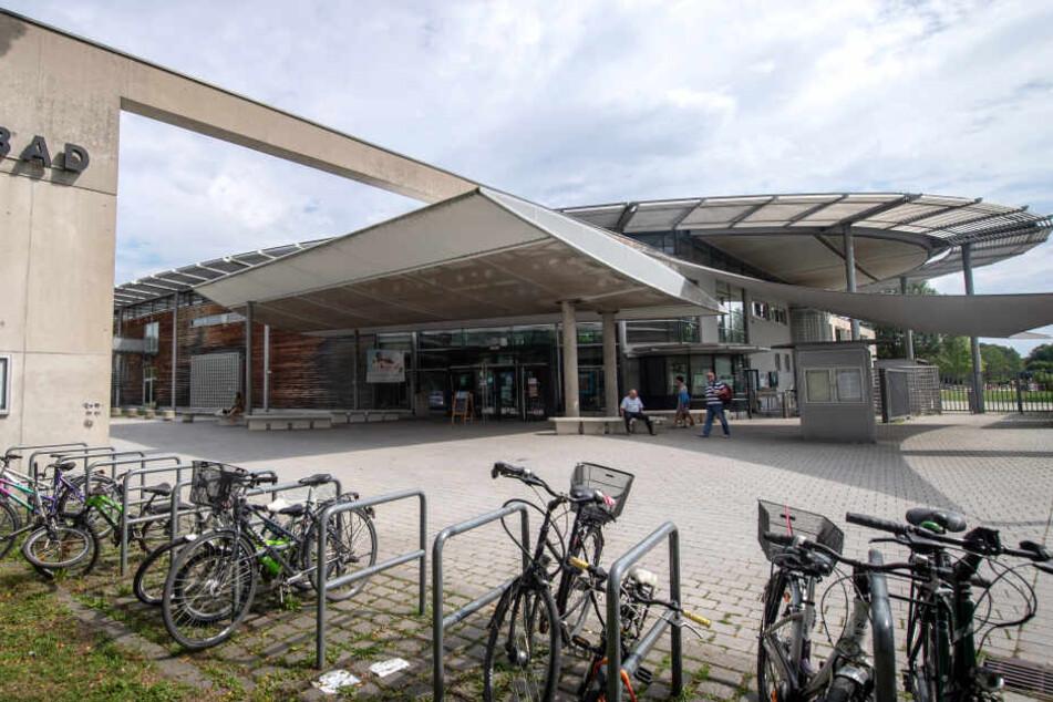 In dem Schwimmbad in München Pasing soll der Junge das Mädchen missbraucht haben.