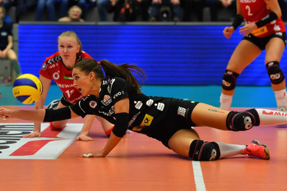 Der DSC machte sich gaaaanz lang fürs Halbfinale! Hier rettet Libera Myrthe Schoot den Ball.