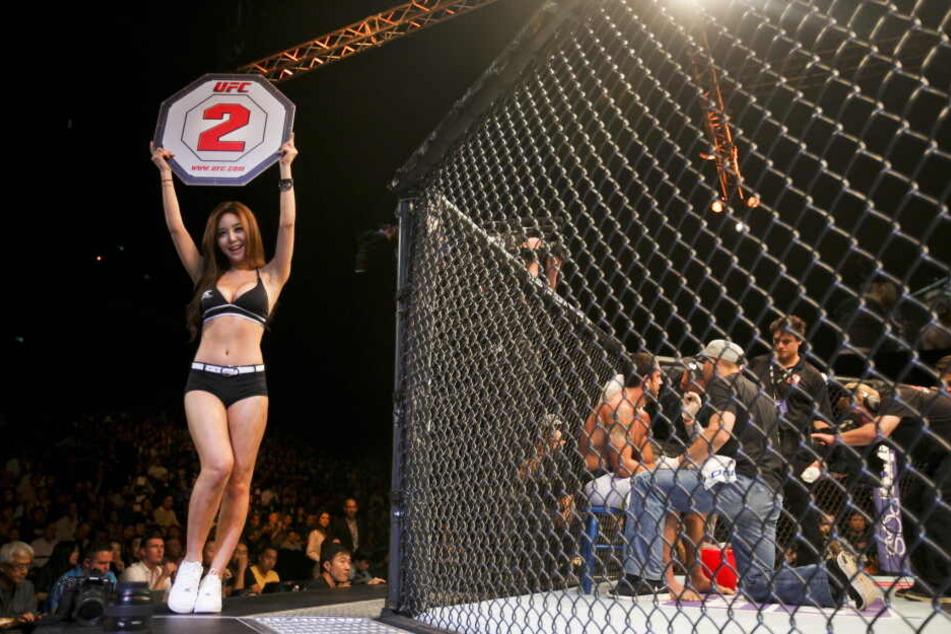 Octagon Girl Kang Ye-Bin zeigt die zweite Runde bei einem Fight an.