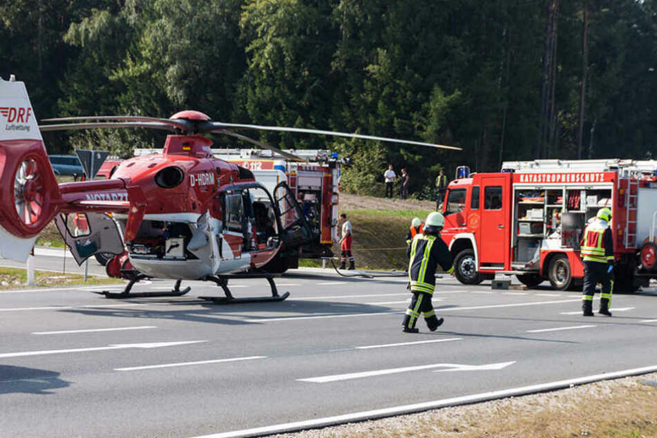 Ein Rettungshubschrauber musste die Verletzten ins Krankenhaus bringen.