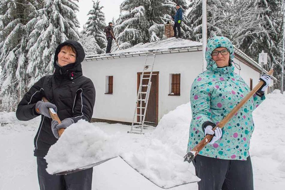 Die eingeschneiten Urlauber nahmen es in Niederschlag mit Humor: Steffi (l.) und Vicky Rhein griffen selbst mit zur Schippe.