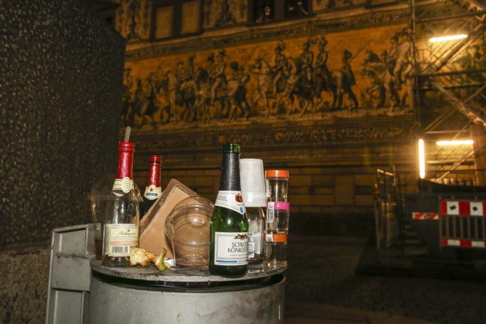 Auch unzählige Flaschen entsorgten die Männer in Orange.