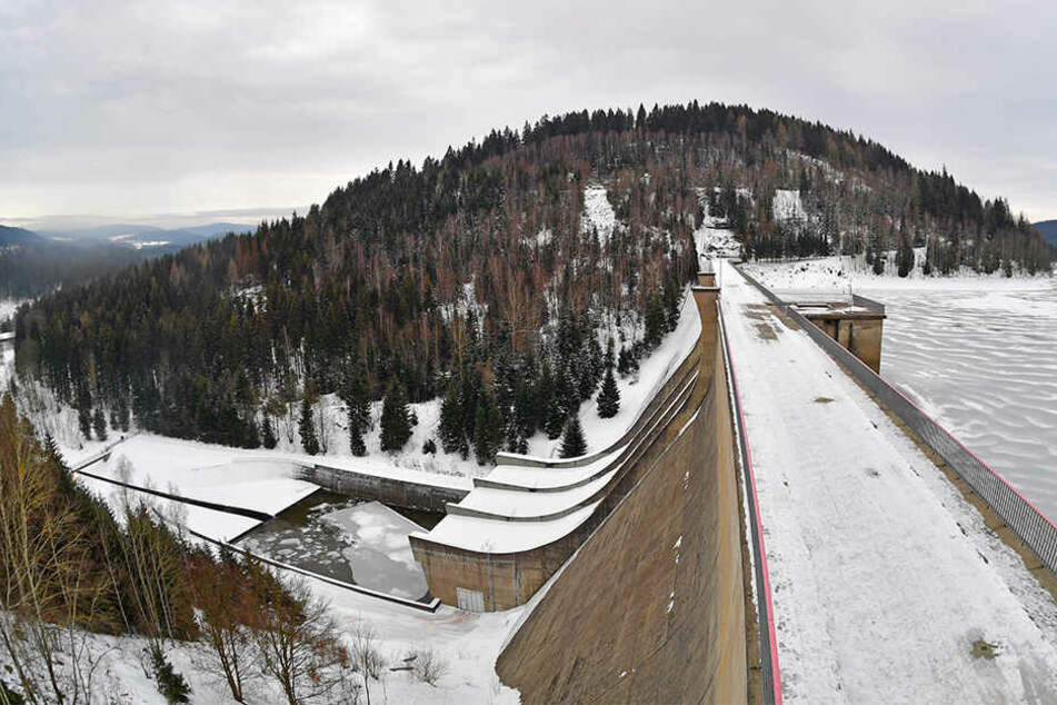 Die Talsperre Eibenstock fasst 64 Millionen Kubikmeter. Derzeit sind mehr als 53 Millionen Kubikmeter aufgestaut.