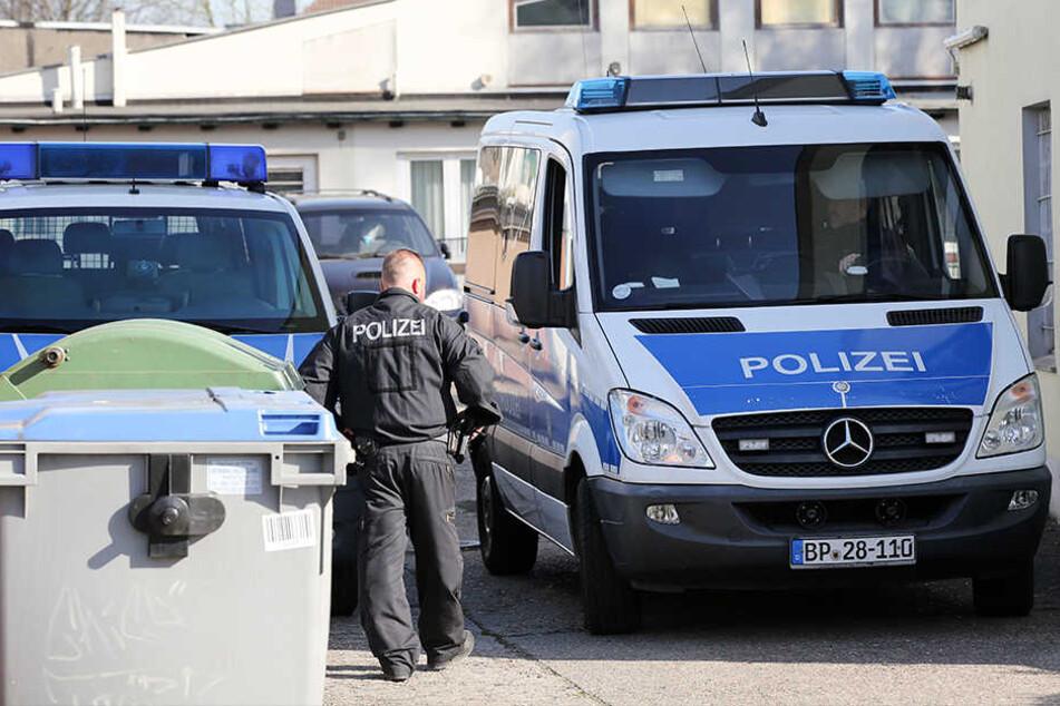 In Berlin, Brandenburg und Thüringen haben Spezialeinheiten Wohnungen von Reichsbürgern durchsucht. (Symbolbild)