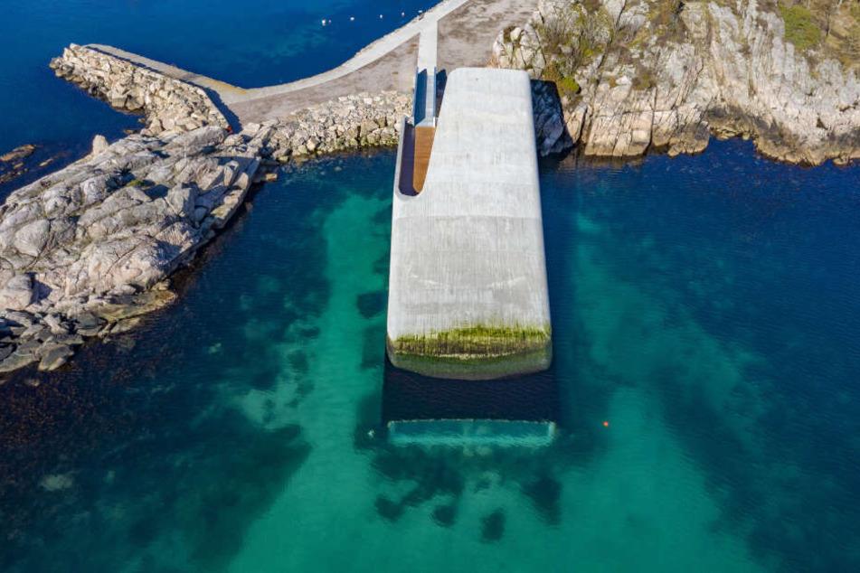 """Blick auf das Unterwasserrestaurant """"Under"""" an der Südküste Norwegens."""