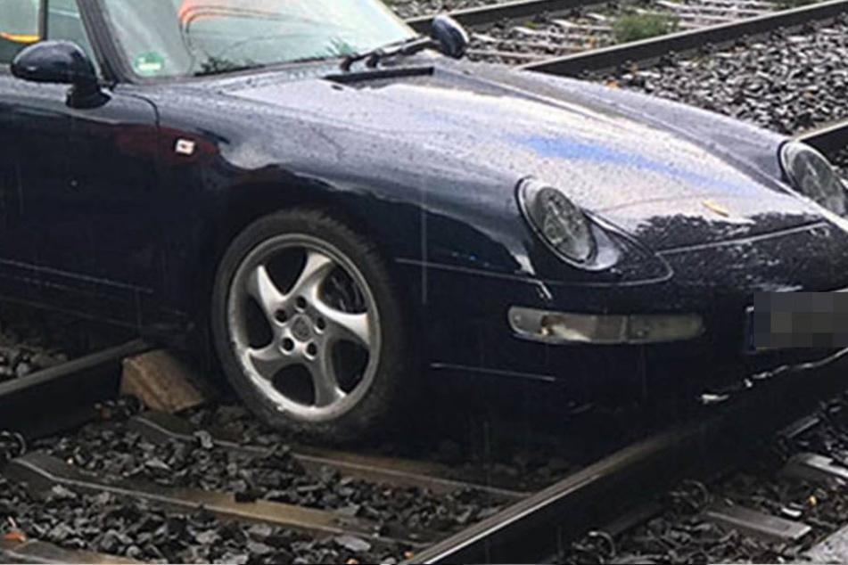 Ein Auto landet beim Zusammenprall auf dem Gleis. (Symbolbild)