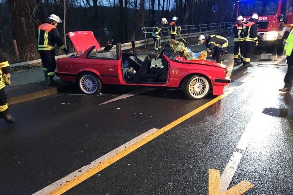 Mann wird in Auto eingeklemmt: Feuerwehr schneidet ihn raus!
