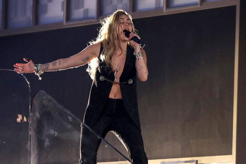 """Miley Cyrus trat bei den Grammys mit dem Song """"In My Blood"""" auf."""