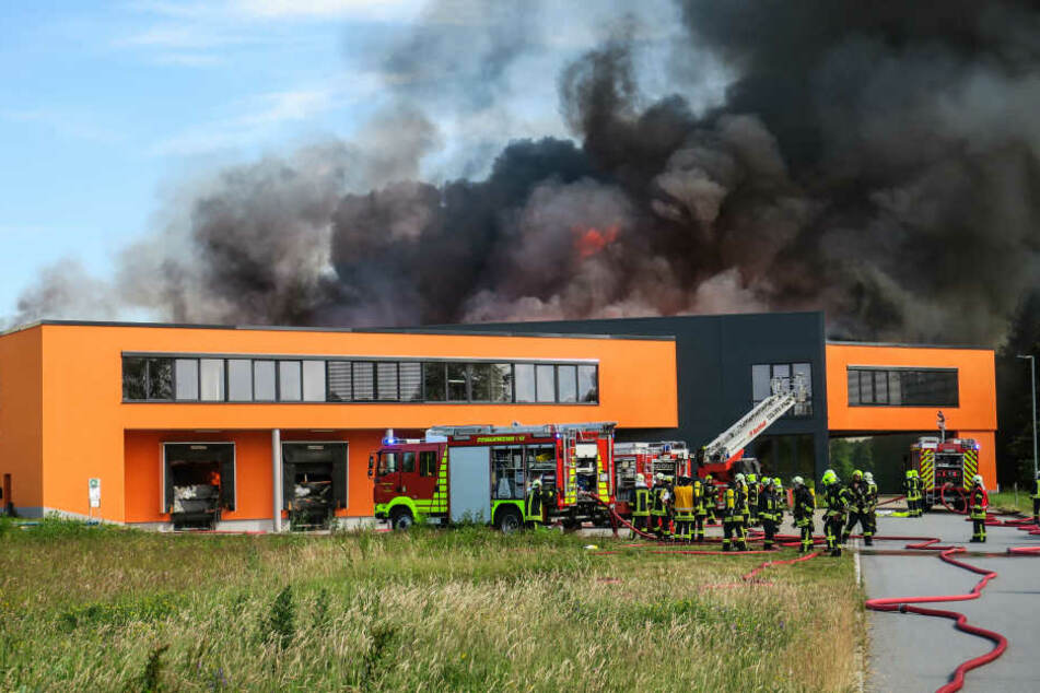 Die Feuerwehr löschte zwei Tage lang und hält weiterhin Brandwache.
