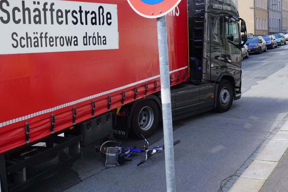 Die Radlerin kam unter die Räder des Lkws.